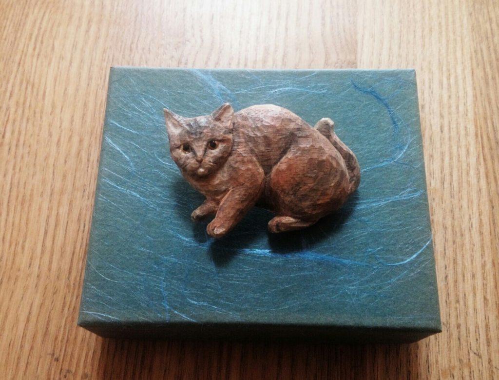 オーダーメイドのそっくり木彫ブローチ猫
