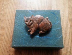オーダーメイドの木彫ブローチ猫