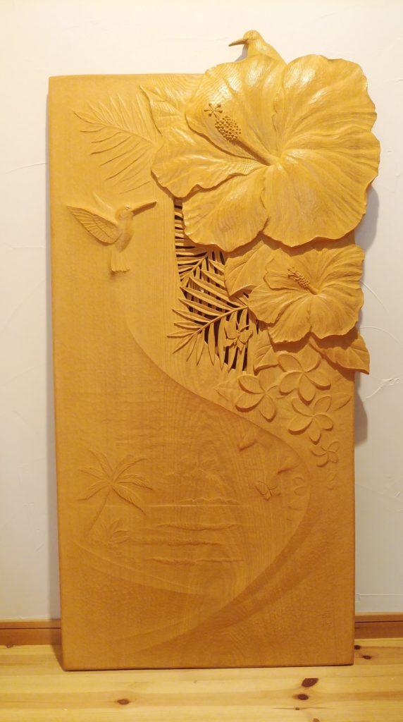 オーダーメイドの木彫レリーフ ハイビスカスとハチドリ