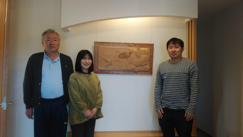 オーダーメイドの木彫レリーフの納品写真