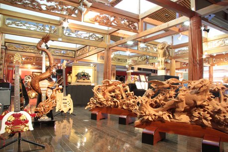 受注制作の木彫作品が見られる井波彫刻総合会館